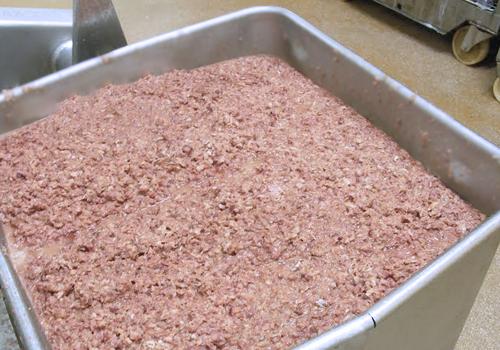assemblage des différents morceaux de viande fraîche dans une grande bassine.